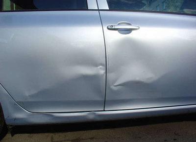 Как убрать вмятину на двери автомобиля: чем ее выпрямить?