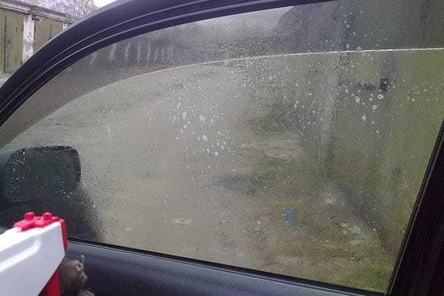 Как и чем снять тонировку со стекла автомобиля и быстро убрать клей?
