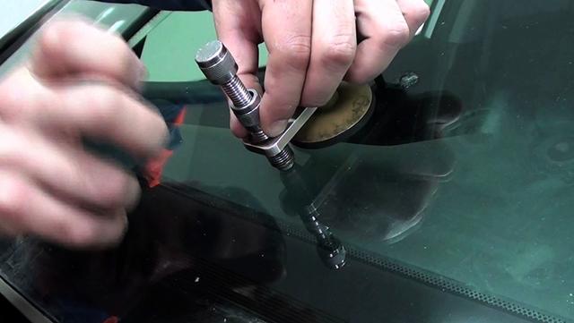 Ремонт сколов и трещин на лобовом стекле автомобиля